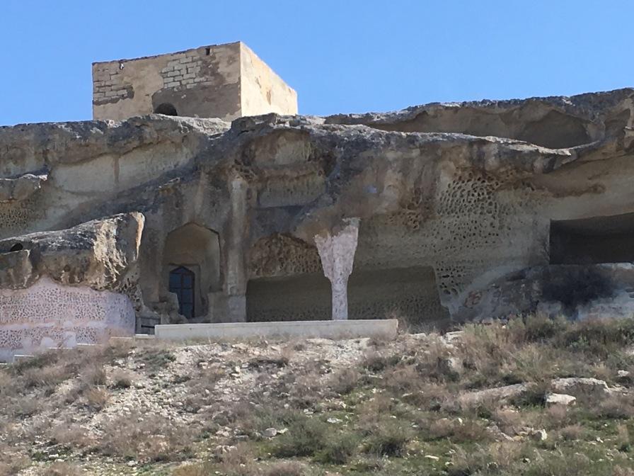 In einer Höhle ist die Moschee aus 4 Räumen